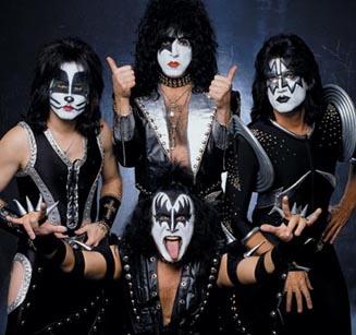 Oletko aina halunnut olla oman elämäsi rocktähti? Nyt siihen olisi mahdollisuus ostamalla Kissin Gene Simmonsin maski