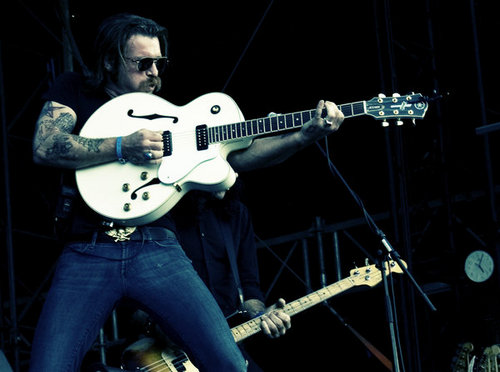 """Eagles of Death Metalin Jesse Hughes: """"Kaikilla pitäisi olla oikeus aseeseen"""""""