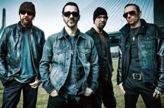 Godsmack ja Staind -yhtyeiden jäseniltä tribuutti Chester Benningtonille sekä Chris Cornellille – katso herkät vedot