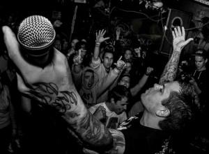 Hoods vokalisti haastoi Victory Recordsin omistajan tappeluun