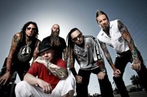 Five Finger Death Punch kitaristi poistamassa tatuointiaan bändikaverinsa avaamassa firmassa