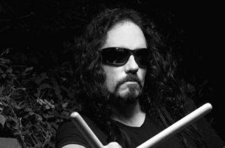"""Edesmenneeltä Megadeth-rumpali Nick Menzalta julki ennennäkemätöntä kotivideomateriaalia, juontajana Steve """"Zetro"""" Souza – myös helsinkiläinen merinäköala saa videolla kehut"""