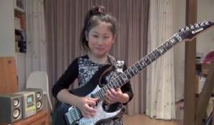 10-vuotias japanilainen tyttö laittaa kitaristeille luun kurkkuun