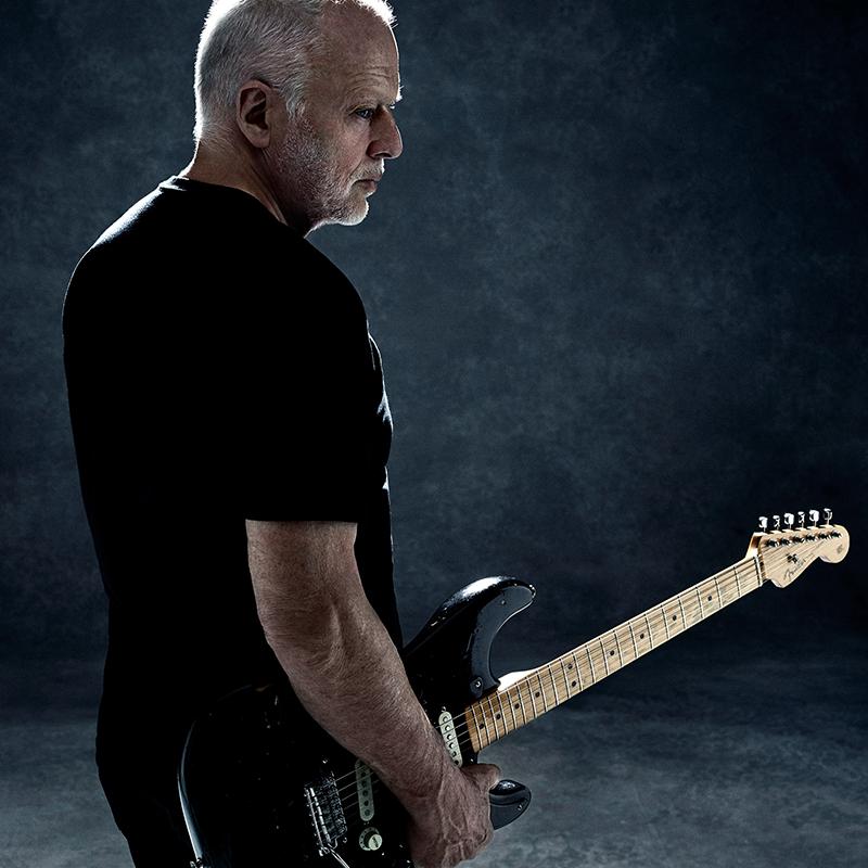 """David Gilmour esittää Pink Floydin """"Wish You Were Here"""" -klassikon ja oman """"Rattle That Lock"""" -kappaleensa tuoreilla livevideoilla"""
