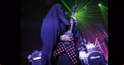 Mitä tulee kun yhdistetään rakkaus heavy metalliin sekä islamin uskonto? No tietenkin burkaa käyttävä heavy metal -kitaristi