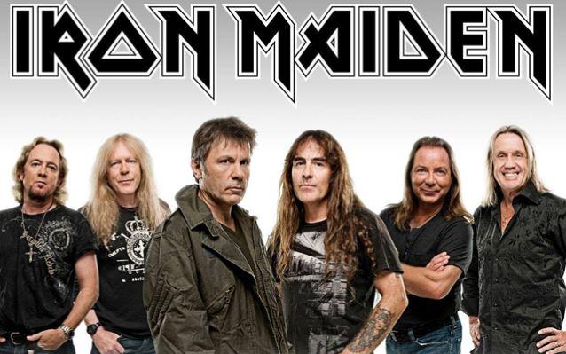 Bruce Dickinson osoittaa kaapin paikan Iron Maidenin keikalla riehuneelle katsojalle