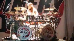 Mike Portnoy tykästyi omaan Hello Kitty rumpusettiinsä: vei setin myös Winery Dogsin keikalle
