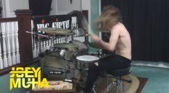 Joey Muha näyttää miten soitetaan rautaisella asenteella erilaisia lastenlauluja rummuilla