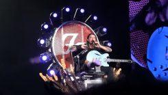 Axl Rose kiittää Dave Grohlia valtaistuimen lainaamisesta yhtyeen T-Mobile Areenan keikalle