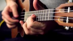 """Rob Scallon näyttää mallia kuinka vedetään Metallican """"Blackened"""" -kappaleen soolot ukulelella"""