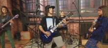 Metallican Robert Trujillon poika kuin ilmetty isänsä: katsoa livevideoita Tye Trujillon yhtyeestä The Helmetsistä esiintymässä