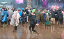 Tämä Nightwish-fani ei antanut huonon sään lannistaa Download-festivaaleilla: pisti pystyyn oman tanssiesityksen yhtyeen keikalla