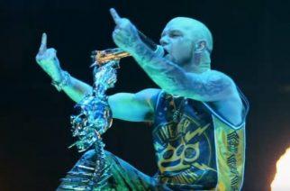 Five Finger Death Punch otti osaa mannequin challengeen: näin 10 000 metallifania jähmettyi haastetta varten