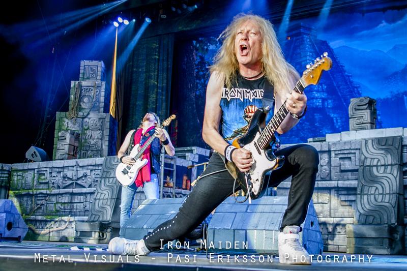 Iron Maidenin kitaristi Janick Gers heitti kitaransa vahingossa yleisöön San Antonion keikalla: katso fanien kuvaamia videoita tilanteesta