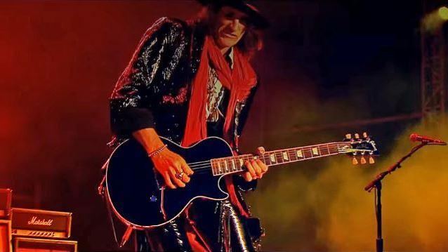Aerosmithin kitaristi Joe Perry kiidätettiin sairaalaan lauantai-iltana New Yorkissa