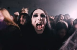 Motionless In Whiten Chris Motionless nousi lavalle Breaking Benjamin kanssa – katso video keikasta