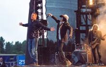 Andy McCoy kaatoi oluet Olli Lindholmin päälle Karjurockissa: poistettiin lavalta järjestyksenvalvojien saattelemana kesken Yön setin
