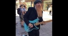 ZZ Top-kitaristi Billy Gibbons esiintyi katusoittajana Helsingissä