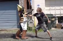 Lamb Of Godin vokalisti Randy Blythe katutappelussa Gwarin maskotti Grillyn kanssa – katso hauska video