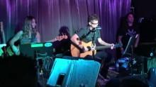 Jason Newsted fiilistelee lavalla The Chophouse Bandin kanssa
