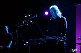 """John Carpenterin elokuvamusiikeille uudet versiot: """"Anthology: Movie Themes 1974-1998"""" -albumi kuunneltavissa kokonaisuudessaan"""