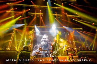 """Napalm Deathin Barney nousi lavalle Volbeatin kanssa: katso livevideo """"Evelyn""""-kappaleesta loppuunmyydystä Telia Parkenista"""