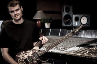 """Mors Principium Estin Andy Gillion opettaa soittamaan """"Reclaim The Sun""""-kappaleen kitaralla"""
