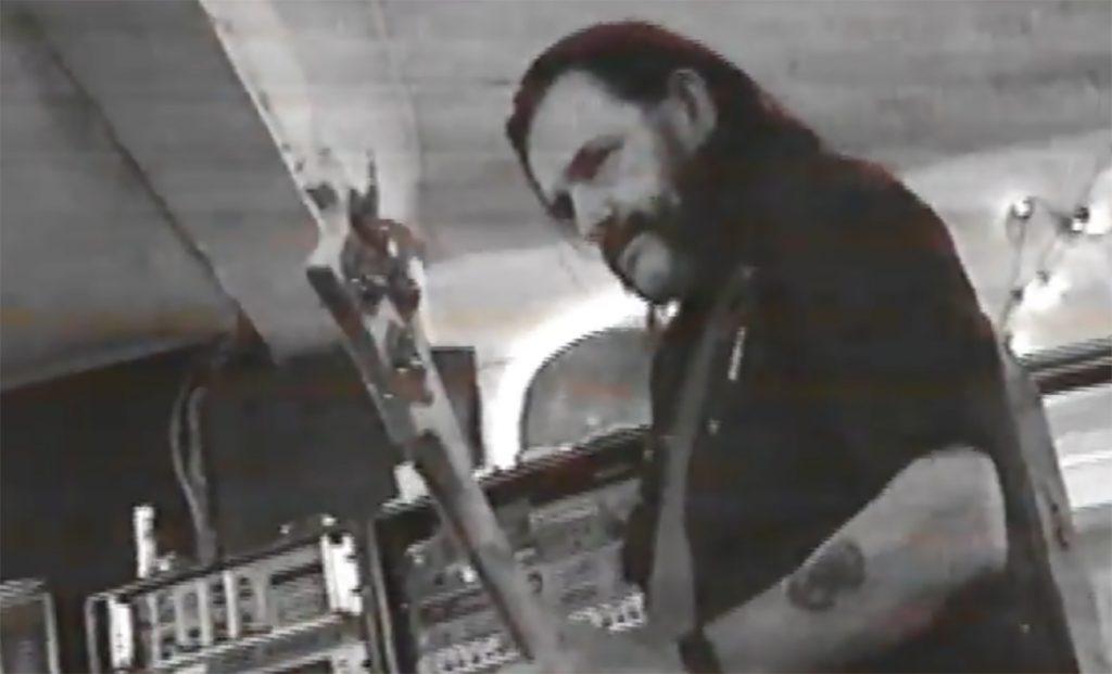 Lemmy Kilmister studiovideolla, jonka on nauhoittanut Skew Siskin