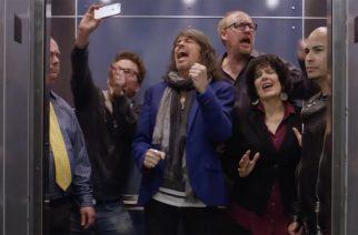 Laulaja Kelly Hansenin hissimatka tempaa mukaansa Foreignerin klassikoiden tahtiin – katso hauska video
