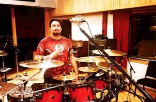 """Six Feet Underin rumpalilta läpisoittovideo tulevan albumin """"Exploratory Homicide"""" -kappaleesta"""