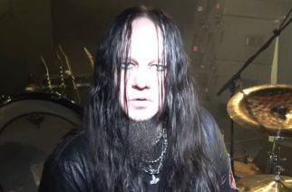 Slipknotista tuttu Joey Jordison esittelee uudistunutta rumpusettiään tuoreella videolla