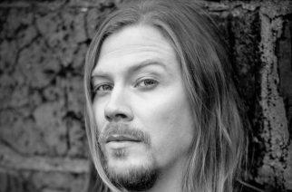 Sabatonin entinen kitaristi Thobbe Englund julkaisemassa sooloalbumia maaliskuussa: levyn tiedot julki