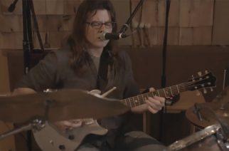 """Monipuolinen muusikko laulaa Led Zeppelinin """"Black Dog""""-kappaleen samalla, kun soittaa rumpuja ja kitaraa"""