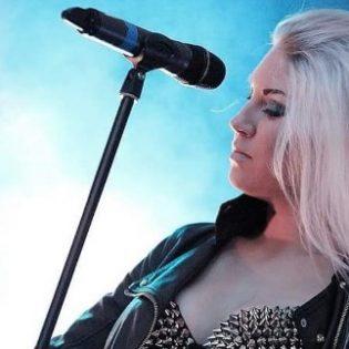 Therionin laulajana itsensä tunnetuksi tehnyt Linnèa Vikström sopimukseen Despotz Recordsin kanssa
