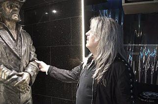 Motörheadin Mikkey Dee vieraili ensimmäistä kertaa Lemmyn patsaan luona: katso video vierailusta