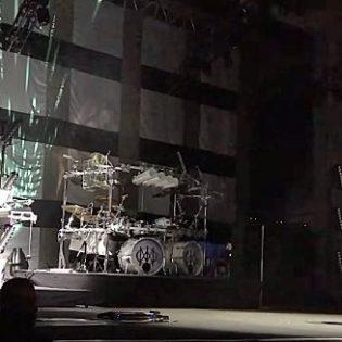 """Nolo kömmähdys keikalla: Dream Theaterin laulaja unohti """"Black Hole Sun"""" -kappaleen sanat Soundgardenille laulamassaan tribuutissa"""