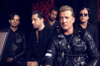 Queens Of The Stone Age omisti kappaleen kuolleelle Anthony Bourdainille Tanskassa