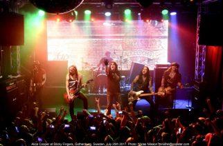 Alice Cooper yllätyskeikalla Tukholman Stick Fingerssissa: livevideoita keikalta katsottavissa