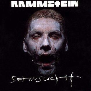 """Outoja ääniä ja raakaa industrial metalia – Rammsteinin """"Sehnsucht"""" täyttää 20 vuotta"""