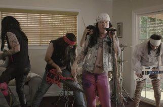 Miltä näyttää Corey Taylor glam rokkarina? – Steel Pantherin uudella videolla mukana Stone Sour