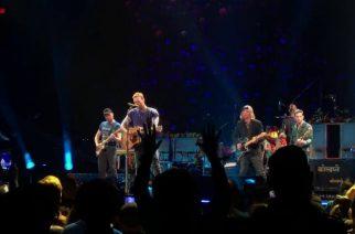 """Coldplay ja ex- R.E.M.-kitaristi kunnioittavat Tom Pettya """"Free Fallin'"""" -coverilla"""