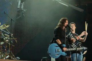 """Foo Fighters kutsui faninsa lavalle soittamaan """"Under Pressure""""-coverin kanssaan"""