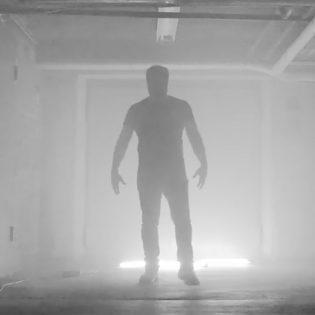 """Kotimainen OZ julkaisi tuoreen levynsä avauskappaleesta musiikkiivideon: Katso vauhdikas """"Bone Crusher""""-video"""