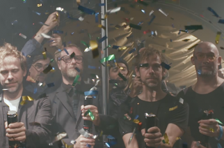 """Samppanjaa, konfettia ja miesstrippaaja: The National julkaisi uuden musiikkivideon kappaleelleen """"I'll Still Destroy You"""""""