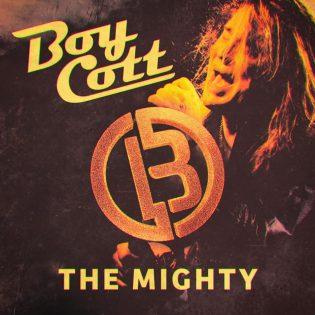 """Ruusunterälehtiin ja nahkatakkiin käärittyä rockia – arviossa Boycottin paluualbumi """"The Mighty"""""""