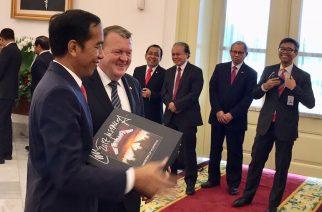 Tanskan pääministeri lahjoitti Indonesian presidentille nimmareilla varustetun Metallica-albumin