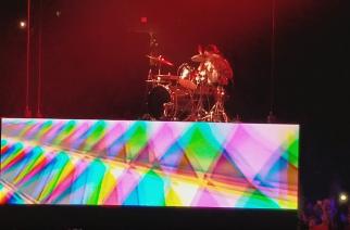 """Fall Out Boyn rumpali soitti Cannibal Corpsen kappaletta """"Hammer Smashed Face"""" rumpusoolonsa aikana konsertissa – videomateriaalia katsottavissa"""