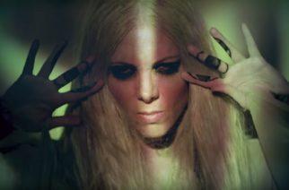"""In This Momentilta musiikkivideo """"Roots"""" -kappaleesta"""