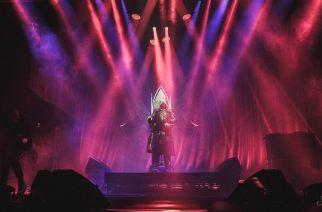 Manson lavalla vähissä vaatteissa yläosattomissa olevan fanin kanssa – Las Vegasin keikka ei mennyt aivan normaalin kaavan mukaan