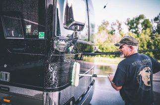 Lamb Of Godilta koskettava kunnianosoitus pitkäaikaiselle bussikuskilleen